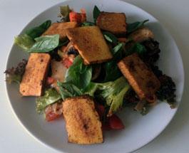Salat mit geräuchertem Chili-Tofu