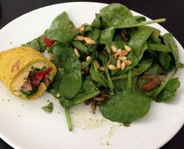 Spinatsalat an Spinat-Walnussdressing