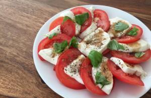 Veganer Insalata Caprese Tomate-Mozzarella