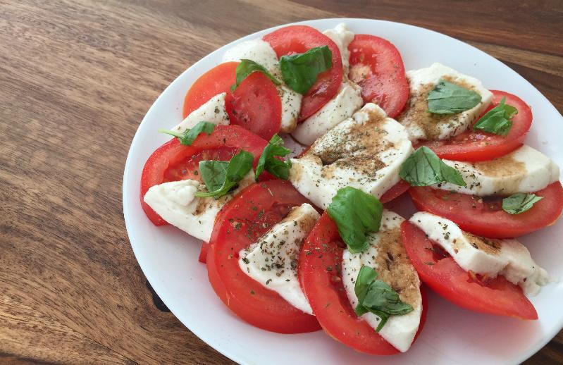 Veganer Insalata Caprese Tomate-Flohzarella