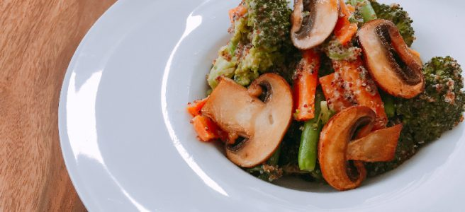 Warmer Quinoa Salat mit Erdnuss-Dressing