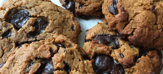 Proteinhaltige Schoko-Erdnuss-Cookies