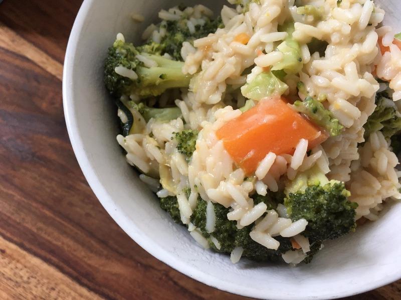 Erdnuss-Teriyaki Reispfanne mit Gemüse der Saison