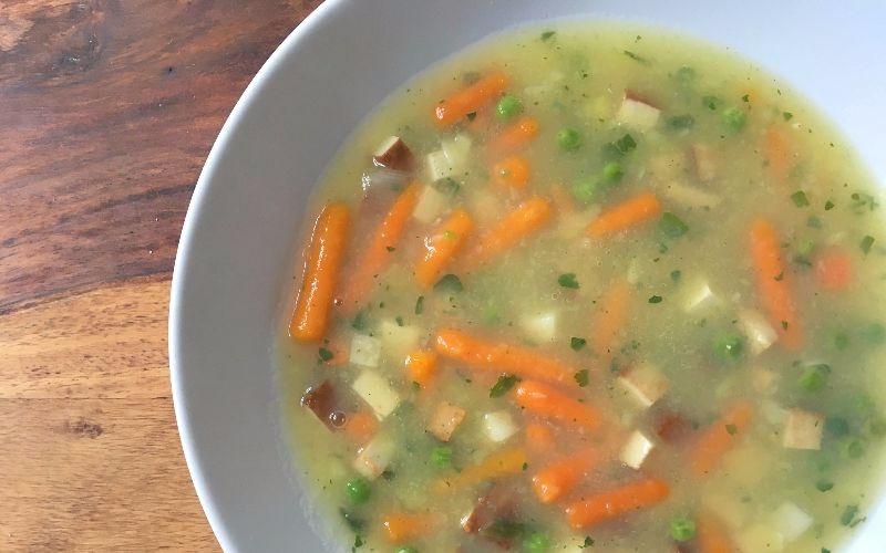 Einfache Gemüse-Kartoffelsuppe mit Räuchertofu